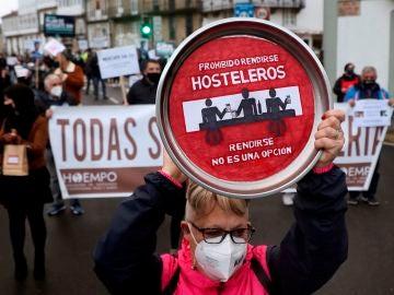 Hosteleros, comerciantes y agencias de viajes gallegas salen a las calles de Santiago de Compostela para pedir un plan de rescate real.