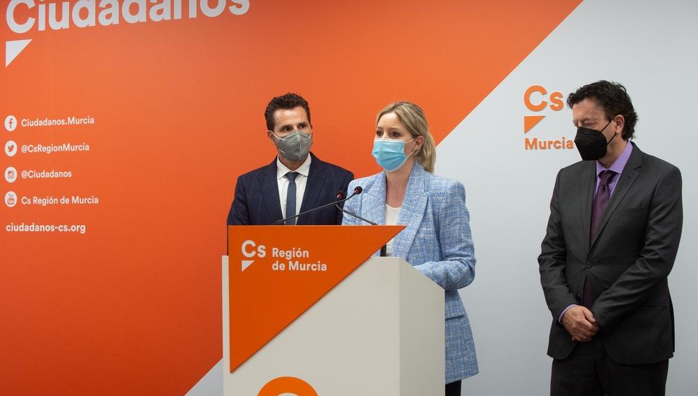 El vicealcalde de Murcia, Mario Gómez; y candidata de Ciudadanos a la moción, Ana Martínez Vidal, durante una rueda de prensa