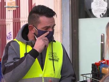 El relato entre lágrimas de un excamarero de la Casa Real que ahora sobrevive gracias a la ayuda de sus vecinos en Vallecas