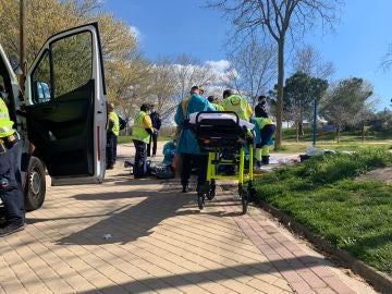 Momento en el que trasladan a la mujer fallecida en Madrid