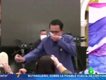 El primer ministro de Tailandia interrumpe una rueda de prensa para rociar con alcohol a los periodistas