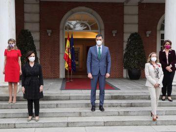 Pedro Sánchez posa en la Moncloa con las cuatro vicepresidentas del Gobierno