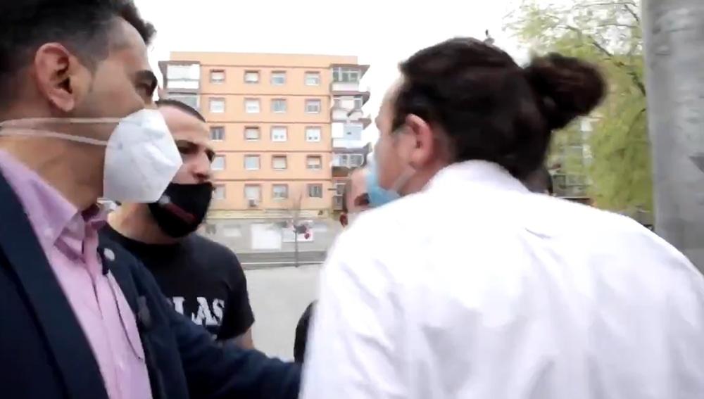Pablo Iglesias se encara con un grupo de neonazis que le increparon durante un acto en Coslada