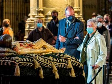 La Cofradía del Santo Sepulcro de Logroño ha sacado este miércoles la imagen del Cristo de la urna que lo custodia.