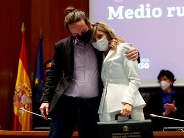 Yolanda Díaz y Pablo Iglesias en el intercambio de carteras