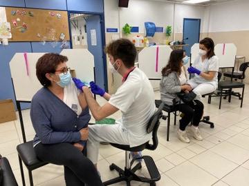 Vacunación de profesional esencial con AstraZeneca en Ferrol, Galicia