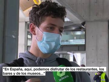Un joven turista francés a su llegada al aeropuerto de Barajes