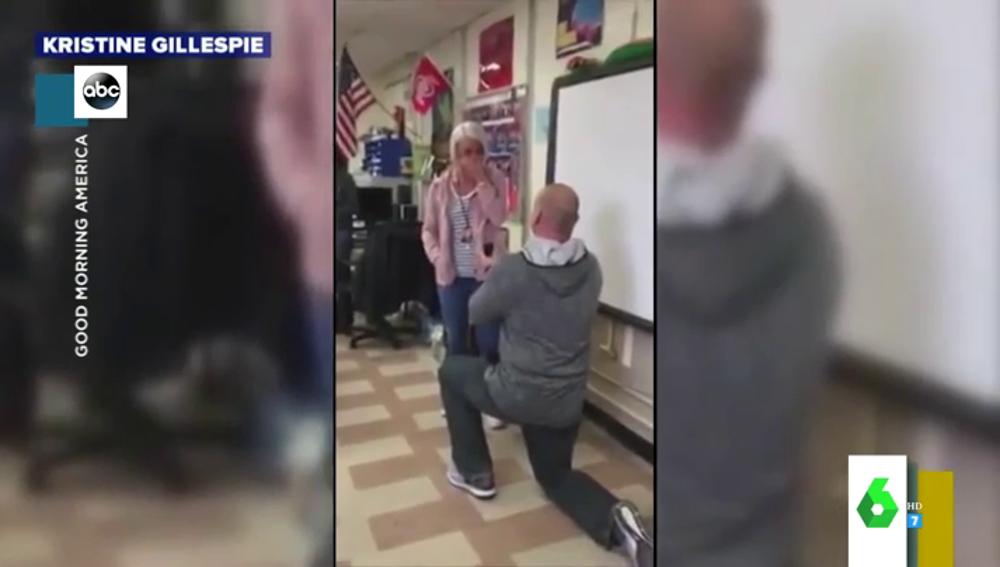 La romántica pedida de mano de un profesor ante los gritos de emoción y la atónita mirada de sus alumnos