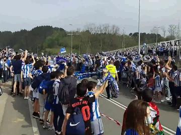 La espectacular y preocupante despedida multitudinaria de la afición de la Real Sociedad a su equipo