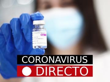 Imagen de una sanitaria con una vacuna contra el coronavirus
