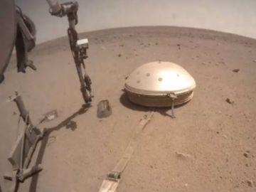 Imagen del módulo de aterrizaje InSight en Marte