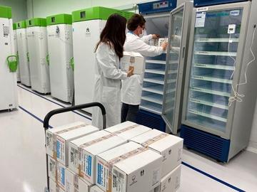 Dos técnicos meten en cámaras frigoríficas las vacunas de AstraZeneca en un centro de Gipuzkoa