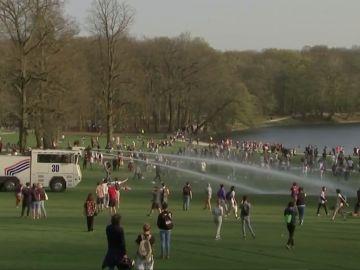 Momento en el que las autoridades rocían con agua a la multitud