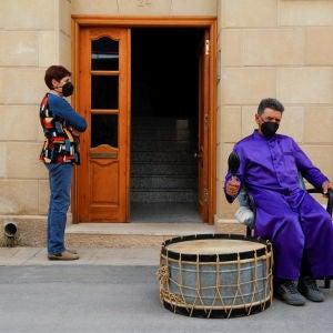 Un hombre, durante la 'Rompida de la Hora' de Calanda