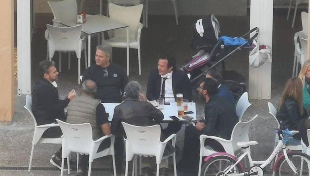 José María González Kichi, en una terraza junto a otras seis personas