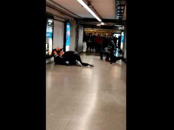 Graban la agresión a dos vigilantes del Metro de Barcelona