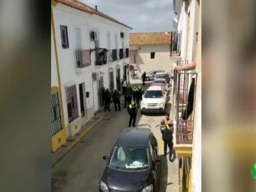 Surrealista escena en Huelva: detienen a un hombre que intentó agredir con una espada a sus vecinos