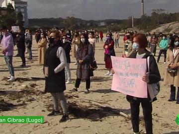 Protesta en San Cibrao de las mujeres que fueron grabadas orinando en las calles de Lugo y cuyos videos acabaron en webs