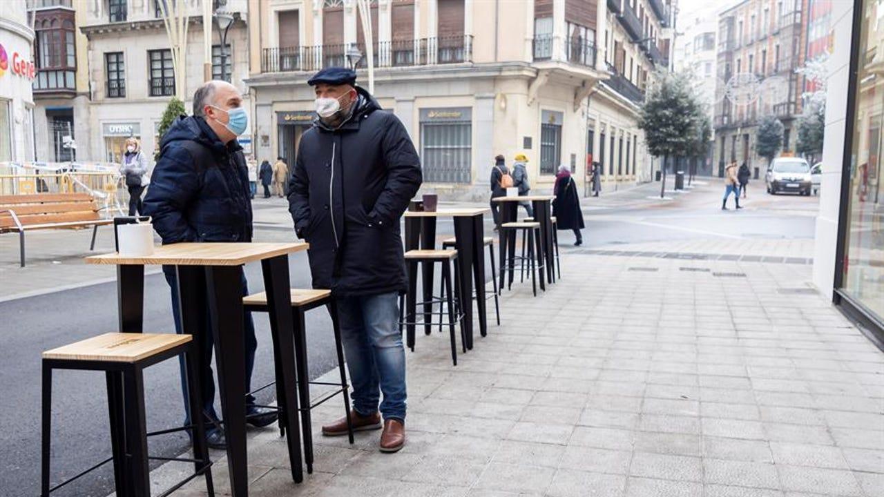 Clientes en una terraza de Valladolid