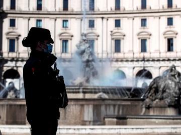 Una agente Carabinieri patrulla en Roma