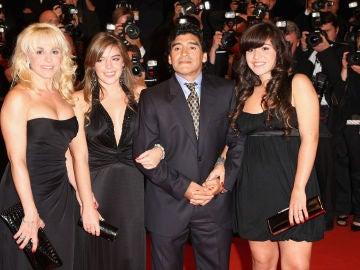 Maradona junto a sus hijas y su exmujer en el festival de Cannes