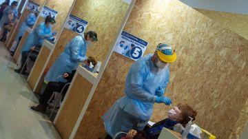 Varios trabajadores sanitarios realizan una prueba PCR (Archivo)