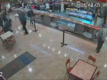 El angustioso momento en que la Guardia Civil auxilia a una mujer que se atragantó con un bocadillo
