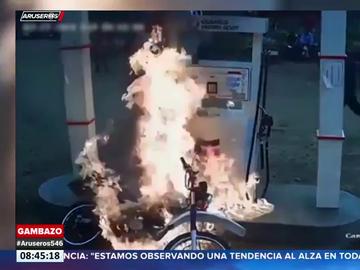El momento en el que una moto arde en una gasolinera cuando sus dueños estaban repostando