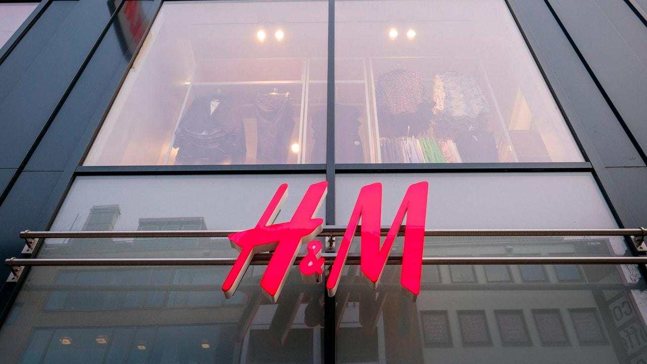 Fachada de una tienda Hennes and Mauritz (H&M)