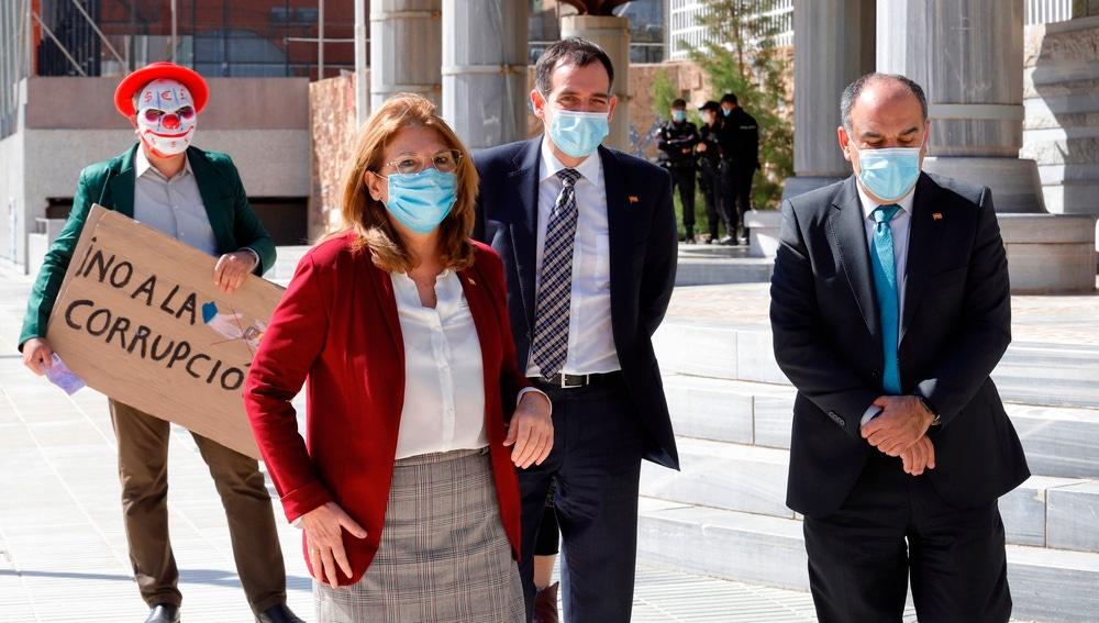 Mabel Campuzano, junto con Juan José Liarte y Francisco Carrera tras su salida de Vox