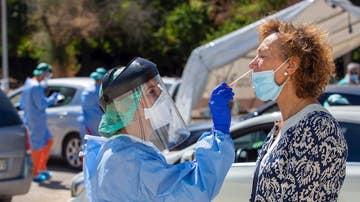 Una sanitaria realizando una prueba PCR