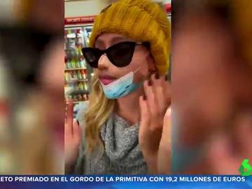 Una joven se hace viral al utilizar una mascarilla que simula ser su boca y su nariz