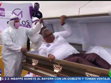 Un político mexicano arranca la campaña saliendo de un ataúd y escoltado por un coche fúnebre