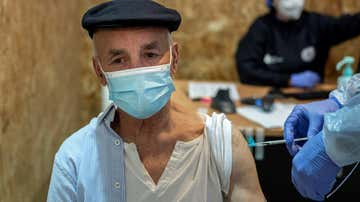 Un hombre recibe la vacuna de Pfizer durante la campaña de vacunación masiva