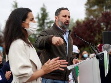 El líder de VOX, Santiago Abascal (d), en el acto de presentación de la candidatura de Rocío Monasterio en Puente de Vallecas.