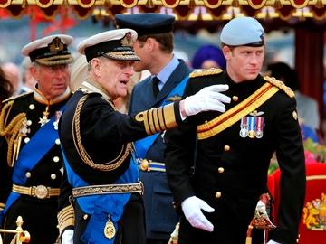 El duque de Edimburgo, el príncipe Enrique, junto a su nieto, el príncipe Harry