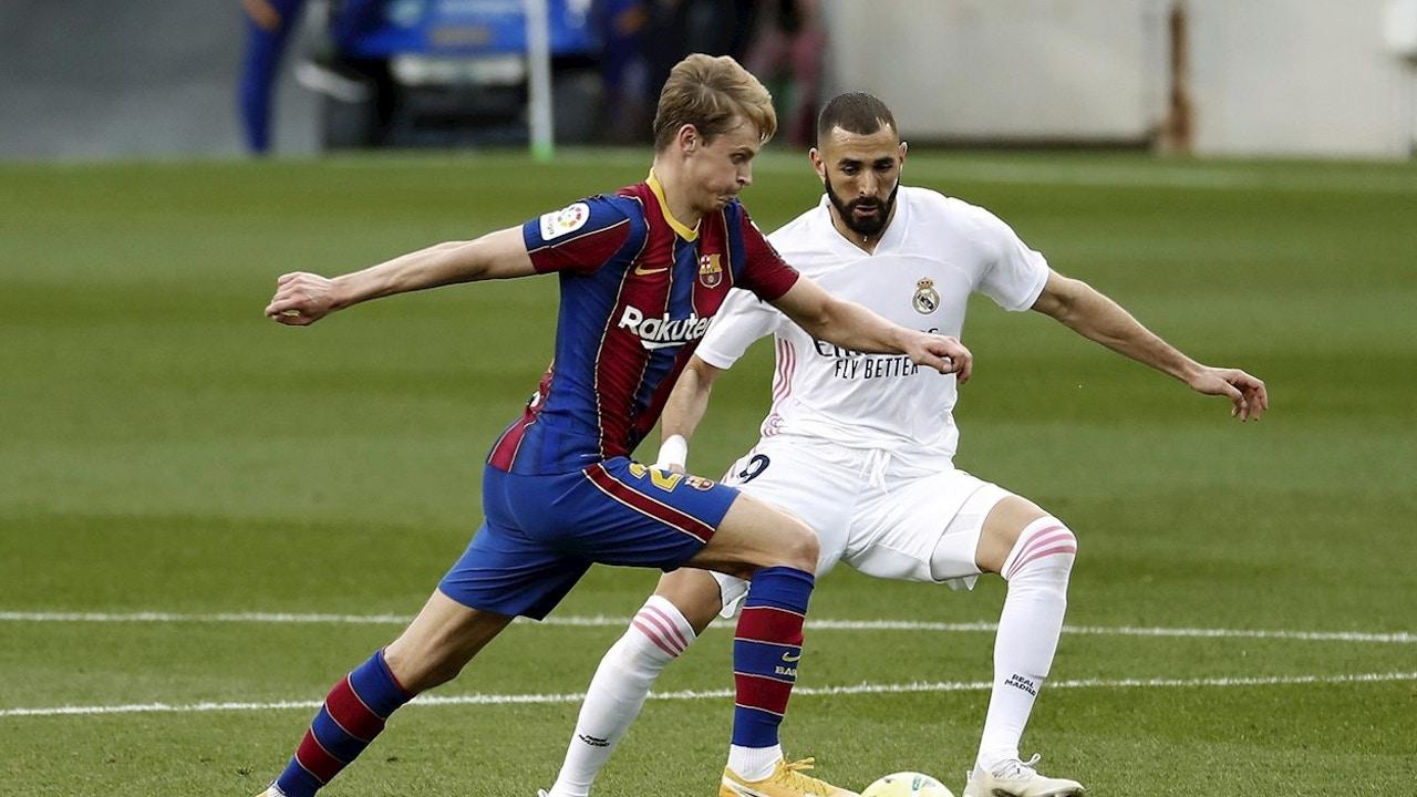 Benzema y De Jong luchan por la pelota en un Barcelona - Real Madrid
