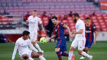 Leo Messi, rodeado por tres jugadores del Real Madrid durante un lance del último Clásico