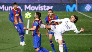 Jordi Alba y Luka Modric pujan por un balón durante el Clásico
