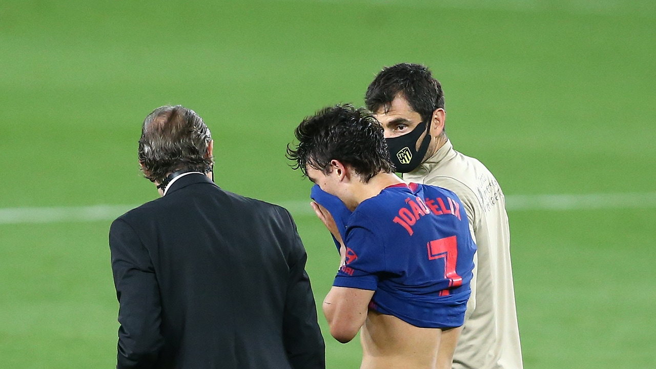Joao Félix, desolado tras caer lesionado frente al Betis