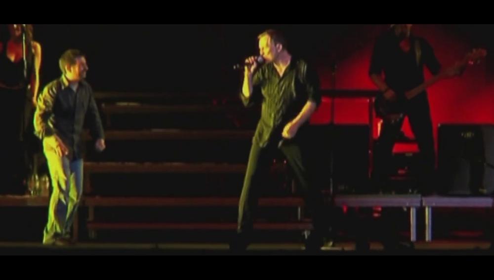 """El """"vegonzoso"""" momento de Miguel Bosé al dejar subir a Jordi Évole a cantar en el escenario del Palau Sant Jordi"""