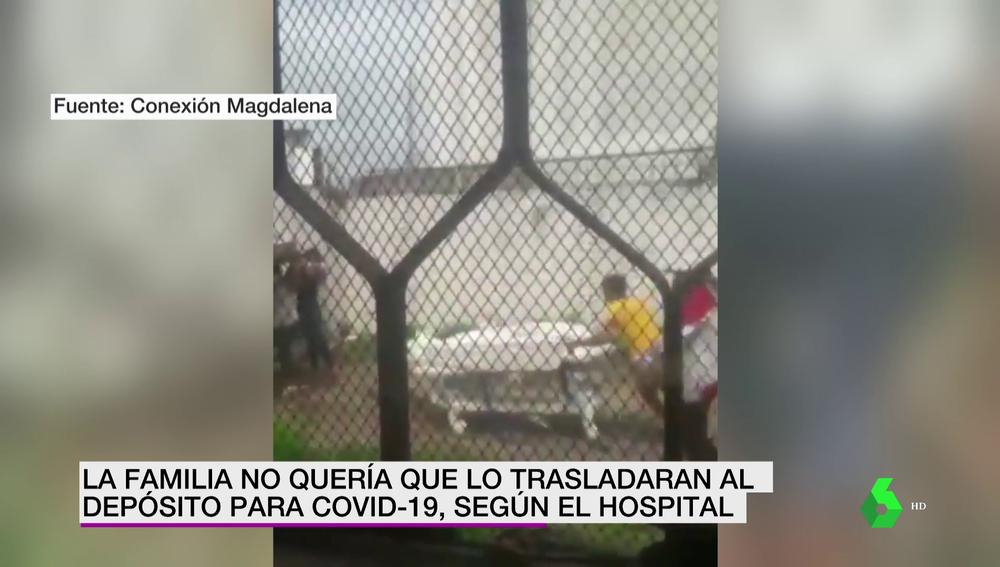 Familiares sacan a la fuerza el cadáver de un muerto por COVID-19 de un hospital y corren con él en una camilla