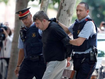 Mossos d'esquadra custodian al detenido en relación con el asesinato de Laia
