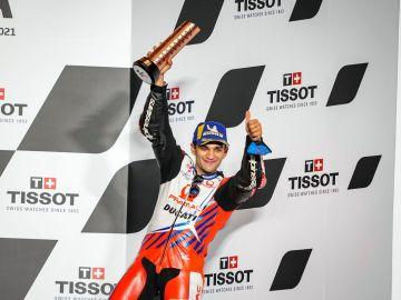 Jorge Martín levantando su primer trofeo de MotoGP