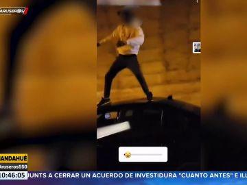 Investigan a un joven por bailar sobre su coche en marcha y difundirlo en redes sociales