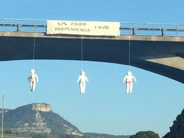 """Varios muñecos aparecen colgados de puentes Catalanes: """"52%. Queremos la independencia. Primer aviso"""""""