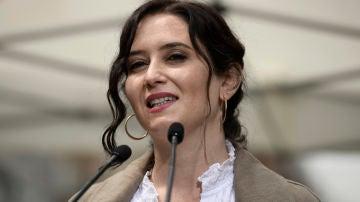 La candidata a la reelección en las elecciones madrileñas, Isabel Díaz Ayuso interviene durante su visita a una carpa del Partido Popular en Chamberí