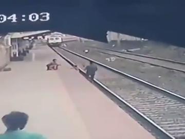 El momento en el que un hombre salva a un niño de ser arrollado por un tren