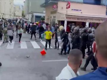 Recibimiento hostil al Real Madrid en Cádiz: lanzamiento de conos contra el autobús