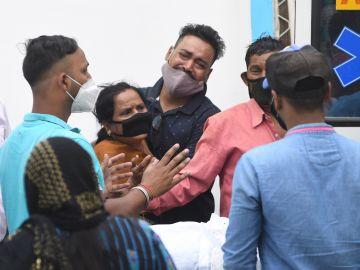 Mueren 22 pacientes de covid en India al cortarse el suministro de oxígeno.